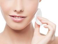 Dlaczego do oczyszczania twarzy warto używać toniku? Kilka słów o tonizacji skóry